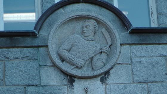 Hockey player bas-relief above an entrance to the Centre Culturel Calixa-Lavallée